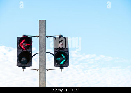 Grüne und rote Pfeil Sicherheit Lichtzeichen für Fußgänger Richtung angezeigt - Stockfoto