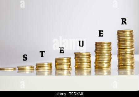 Risign Steuer mit dem deutschen Wort für Steuer - Stockfoto