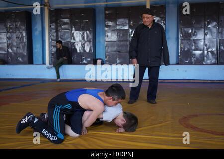 Die maiwand Wrestling Club wurde durch Selbstmordattentäter der Islamischen Staat im Irak und der Levante (ISIL oder ISIS) Gruppe im vergangenen September angegriffen. Mindestens 20 Menschen wurden getötet und 70 im Angriff an der Verein in Dash verwundet - e - Barchi, eine Nachbarschaft in Kabul West, Haus zu einem beträchtlichen Hazara Community. Trainer Ghulam Abbas seinen linken Arm, was er sagte, ein Angriff auf die ethnischen Hazara Minderheit war verloren. In einem Akt des Widerstands, Abbas hat nun dem Wrestling Club, wo er für 30 Jahre unterrichtet. - Stockfoto