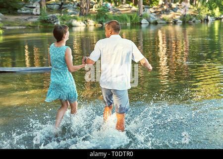 Junges Paar in Liebe auf den Rest der Natur. Mann und Frau auf einem See im Freien - Stockfoto