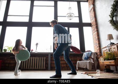 Vater und seinem Kind zusammen zu spielen. Mädchen und Papa Spaß und die Bekämpfung der Kissen. Urlaub mit der Familie und Zweisamkeit. - Stockfoto