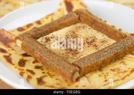 Köstliches tiramisu Crepe mit Mascarpone, Kaffee und Schokolade Pulver gefüllt. Französische Crêpe mit italienischen Tiramisu - Stockfoto
