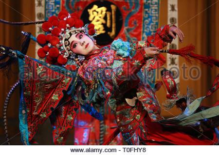 Shenyang, China. 19 Mär, 2019. 14 Jahre altes Mädchen studiert Peking opear seit 10 Jahren in Shenyang, Liaoning, China alte am 19. März 2019. (Foto durch TPG/cnsphotos) Credit: TopPhoto/Alamy leben Nachrichten - Stockfoto