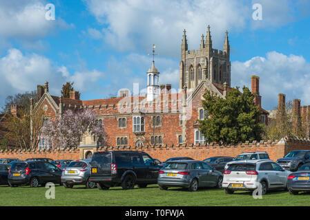 Krankenhaus des Heiligen und der Heiligen Dreifaltigkeit mit Kirche der Heiligen Dreifaltigkeit an der Rückseite, in der Ortschaft Long Melford, Suffolk, East Anglia, Großbritannien. - Stockfoto
