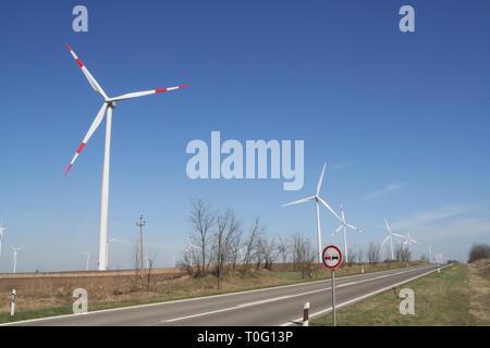 Mühle Feld. Elektrische Anlage. Windstärke Kraftwerk. Ökologische Kraftwerk. - Stockfoto