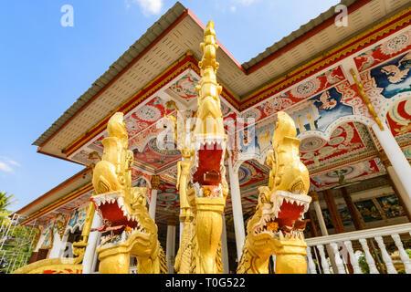 Atemberaubende Aussicht auf drei schöne gold-bedeckten Nagas (Schlange Menschen) vor der Wat That Luang Tai während des Sonnenuntergangs. Vientiane, Laos. Im Buddhismus, der - Stockfoto
