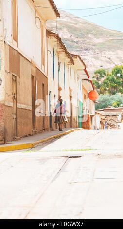 Die peruanische Frauen auf der Straße Maras, Cusco, Peru - Stockfoto