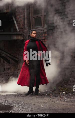 Frau in rotem Regenmantel Steampunk - Stockfoto
