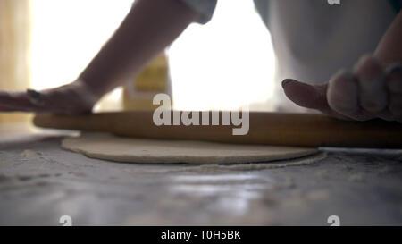 Frau Hände und Teig für Brot oder Pizza, mit Rolling Pin, Backen - Stockfoto