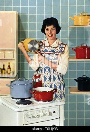 Haushalt, Küche, Hausfrau hinter dem Herd, Werbung für Edelstahl Kochgeschirr, Deutschland, ca. 1958,- Additional-Rights Clearance-Info - Not-Available - Stockfoto