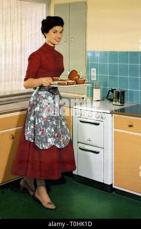Haushalt, Hausfrau in der Küche, Werbung für Siemens Elektroherd, durch die siemens-schuckertwerke Aktiengesellschaft, Deutschland, 1953, Additional-Rights - Clearance-Info - Not-Available - Stockfoto