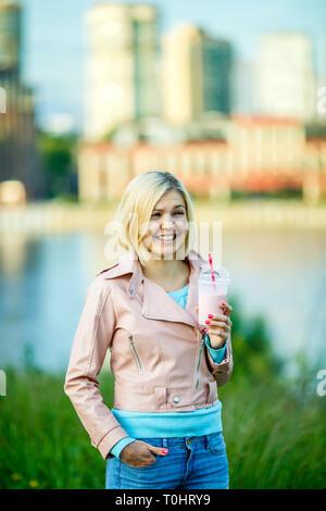Frau im Park mit milchshake - Stockfoto