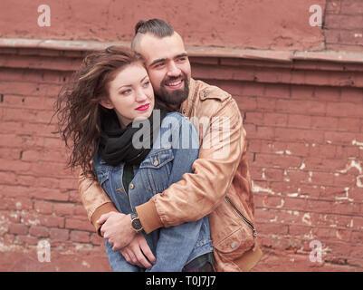 Bis zu schließen. Stilvolle Kerl, der seine geliebte Freundin umarmte. - Stockfoto