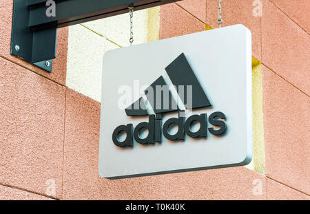 LAS VEGAS, NV, USA - Februar 2019: Nähe zu sehen, der ein Schild über dem Eingang zu einem Adidas Store in den Premium Outlets in Las Vegas North. - Stockfoto