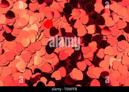 Valentinstag Hintergrund von Herz Konfetti gemacht. Fettgedruckte rote Farbe. Liebe und Leidenschaft Konzept. Flatlay, Ansicht von oben. - Stockfoto