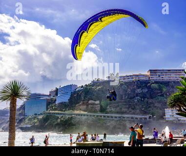 Gleitschirmfliegen in Puerto de la Cruz, Teneriffa, Kanarische Inseln - Stockfoto