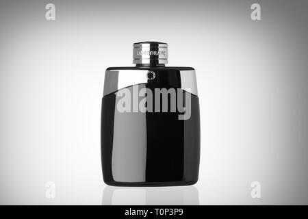 Mont Blanc Legende Eau de Toilette parfum Flasche auf einen weißen Hintergrund mit Reflexion. Schwarz-weiß-Bild. - Stockfoto
