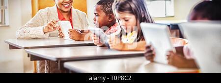 Lehrer geben Unterricht für ihre Schüler mit Technologie - Stockfoto