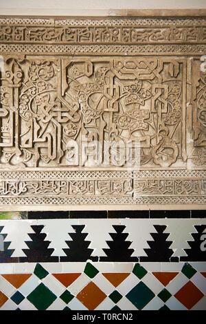 Arabesque Zillige Mudjar Putz und Fliesen im Vestibül von Don Pedro's Palace, in 1366 abgeschlossen. Alcazar von Sevilla, Sevilla, Spanien - Stockfoto