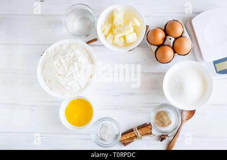 Einstellen der Zutaten zum Kochen festliche Ostern Lebkuchen Cookies - Butter, Mehl, Zucker, Eier, Gewürze mit Zucker Dekor, Vereisung, Formen für Kekse, c - Stockfoto