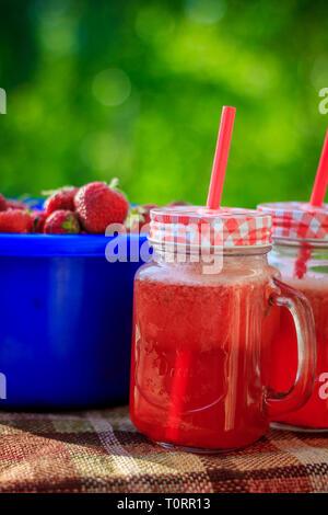 Selbstgemachte Erdbeer Limonade in Gläser. Im Sommer kühlen erfrischenden Drink. Trinken in der Natur. Strawberry Berry und kohlensäurehaltige Getränke - Stockfoto