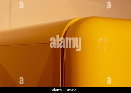 Retro Kühlschrank Gelb : Gelbe alte vintage retro kühlschrank auf einem rosa hintergrund