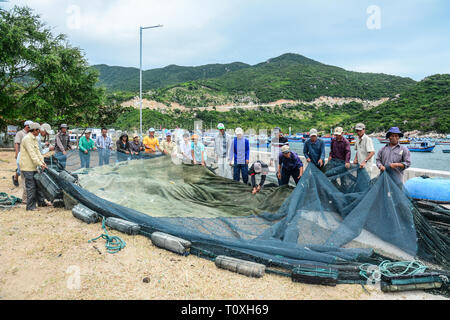 Phan Rang, Vietnam - Jan 27, 2016. Fischer arbeiten mit Fischernetze in Vinh Hy Bay, Phan Rang, Vietnam. Phan Rang ist einer der bekanntesten Reiseziele in - Stockfoto