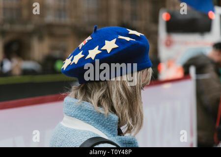 LONDON - 20. MÄRZ 2019: Frau Hut Flag am Brexit Protest in Westminster London - Stockfoto