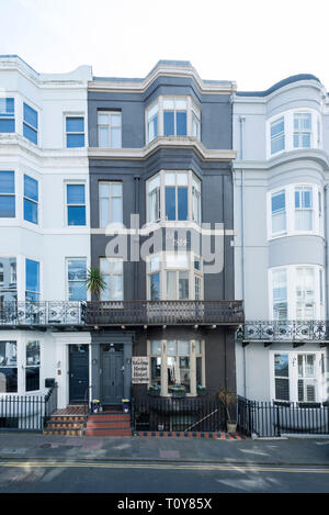 Blick auf die Straße von einem typischen Georgischen Straße in Brightons Kemp Town mit Meerblick - Stockfoto