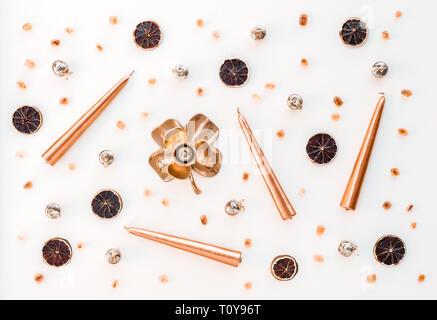 Helle Urlaub Dekor. Kerzen, Kerzenhalter, Vintage metallische Gegenstände, Zitronenscheiben und braunen Zucker auf weißem Hintergrund. - Stockfoto