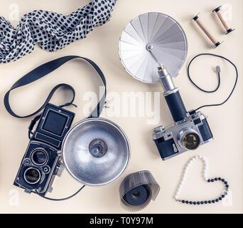 Vintage foto Kameras und Zubehör, auf das Licht der Leinwand Hintergrund. - Stockfoto
