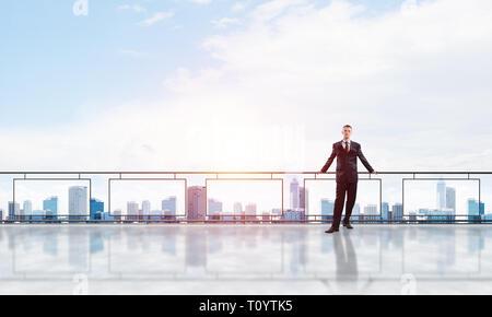 Sonnenaufgang über Wolkenkratzer und Geschäftsmann vor neuen Tag - Stockfoto