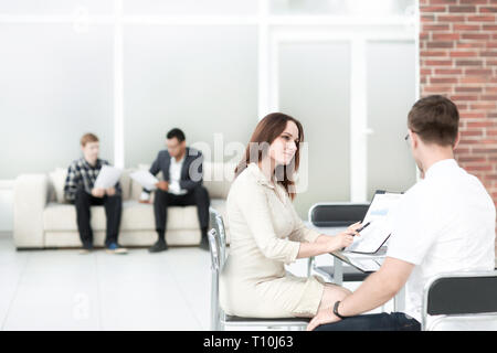 Business people business Unterlagen zu einem business Meeting diskutieren - Stockfoto