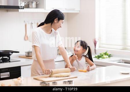 Gerne kleine Mädchen und Mutter kochen in der Küche - Stockfoto