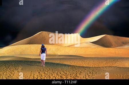Eine seltene Abend Regendusche und Regenbogen in Mesquite flache Sanddünen im Death Valley National Park, Kalifornien - Stockfoto