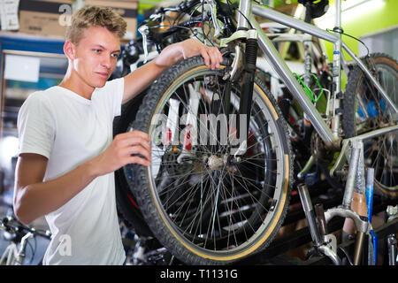 Junge Menschen reifen zu kontrollieren, die das Rad im Shop - Stockfoto
