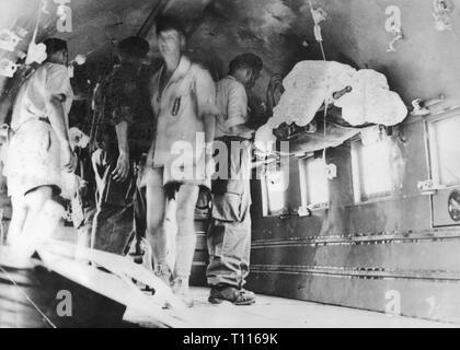 Indochina Krieg 1946 - 1954, Schlacht von Dien Bien Phu, 13.3. - 7.5.1954, Ankunft der verwundeten Soldaten mit dem Flugzeug in Hanoi, 18.5.1954, Douglas DC-47 Dakota, DC47, DC-3, DC3, Rettungswagen, Krankenwagen, medical corps Organisation, Wunde, Verletzung, Evakuierung, Evakuierungen, Transport, Kriege, Frankreich, Kolonialkrieg, Vietnam, Vietnam, Leute, 20. Jahrhundert, 1950er Jahre, Schlacht, Schlachten, Soldaten, Soldaten, Flugzeuge, historischen, geschichtlichen, Additional-Rights - Clearance-Info - Not-Available - Stockfoto