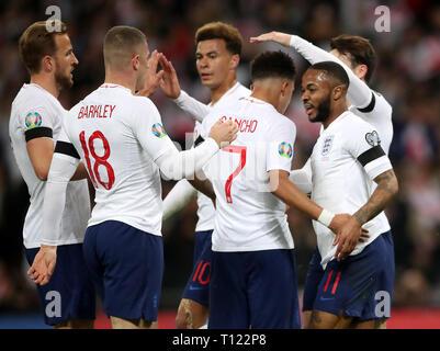 England's Raheem Sterling (rechts) feiert ersten Ziel seiner Seite des Spiels zählen während der UEFA EURO 2020 Qualifikation, Gruppe A Match im Wembley Stadion, London.