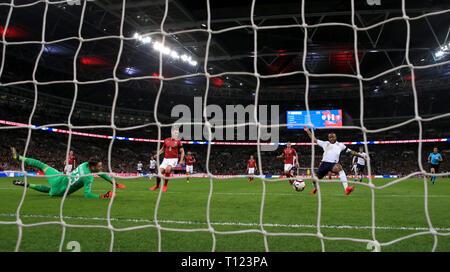 England's Raheem Sterling (rechts) Kerben erste Ziel seiner Seite des Spiels während der UEFA EURO 2020 Qualifikation, Gruppe A Match im Wembley Stadion, London.