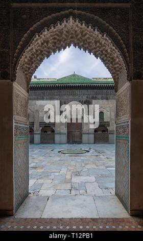 FES, MAROKKO - Im Inneren der Medrese (Medersa Bou Inania el Bouanania) ist als hervorragendes Beispiel für Marinid Architektur anerkannt. Stockfoto