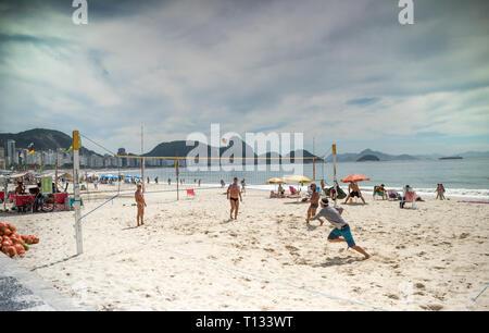 Rio de Janeiro, Brasilien - März 05,2019: Männer Volleyball spielen in Copacabana. Bürger Sonnen - Stockfoto