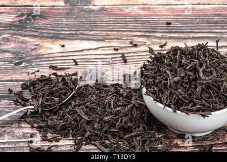 Getrocknet Kaffee in eine Tasse aus Keramik auf einem Holzbrett Tabelle gegossen - Stockfoto
