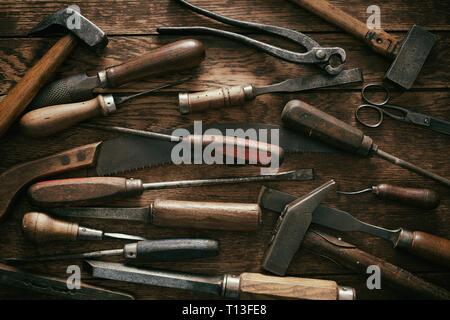 Holzbearbeitung Hintergrund mit Vintage hand Tools in einem flachen full frame View mit Schraubendreher legen, Hand sah, Blechscheren, Hammer und Schlägel - Stockfoto