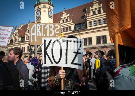 Speichern Sie Ihre Internet Protest in Leipzig, Deutschland. Protest gegen die Richtlinie über das Urheberrecht bekannt als Artikel 13 offiziell die EU-Richtlinie zum Urheberrecht in der digitalen Binnenmarkt genannt, erfordert es die Gleichen von YouTube, Facebook und Twitter mehr Verantwortung für urheberrechtlich geschütztes Material illegal auf ihren Plattformen gemeinsam genutzt wird. Es ist, als Artikel 13 seiner umstrittensten serction bekannt. Kritiker behaupten, es sei eine schädliche Auswirkung auf Entwickler haben wird. Credit: Craig Stennet/Alamy Live News 23/03/2019 Leipzig, Deutschland