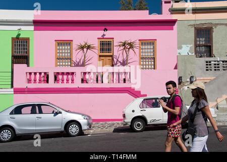 Bunte Häuser ziehen Touristen an der Bo-Kaap Viertel in Cape Town, Südafrika. - Stockfoto