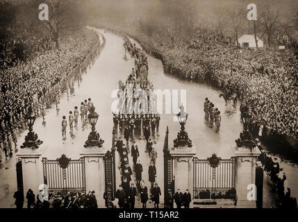 Am 28. Januar 1936, die Überreste von König George V, seinem Sarg getragen in einer Pistole Beförderung Ansatz die Tore von Marble Arch in London. Gefolgt von Königen und Mitglieder der vielen europäischen königlichen Familien, der König ist zu Paddington Bahnhof zum Schloss Windsor getroffen werden. - Stockfoto