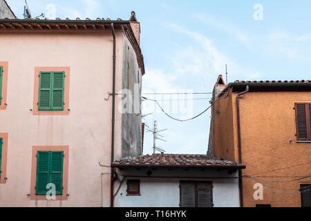 Chiusi, Italien Straße in kleinen mittelalterlichen Stadt Dorf in Umbrien in der Nähe der Toskana Ansicht von Apartment Gebäuden im Sommer Tag mit niemand Rosa ora - Stockfoto