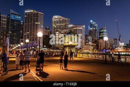 23. Dezember 2018, Sydney NSW Australien: Menschen zu Fuß auf der Pyrmont Bridge bei Nacht mit Blick auf die Steuerung Kabine Turm in der Mitte der Swing bridg - Stockfoto