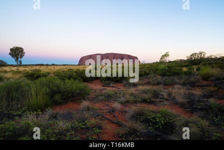 25. Dezember 2018, Sydney NSW Australien: Panorama der Uluru im Sonnenuntergang mit schönen Farben auf Sommertag in NT Outback Australien - Stockfoto
