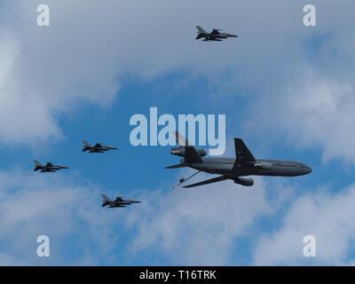Kleine-Brogel, Belgien - 8 September, 2018: KDC-10 StratoTanker der Niederländischen Luftwaffe durch 4 F-16s der belgischen Luftwaffe während einer Flugschau begleitet. - Stockfoto
